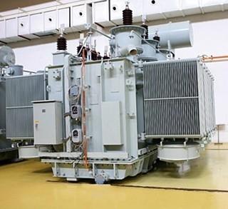 整流变压器是作为整流装置电源的变压器,一次侧接交流电网,称为网侧;二次侧接整流器,称为阀侧。 我公司运用了世界先进的变压器设计技术和制造工艺,并与国内高校共同开发多项科研课题,采用程序化设计,对绝缘击穿机理、电场的数值分析与绝缘技术、绕组的冲击特性及抗突发短路强度、涡流场的损耗计算等进行了分析和定量计算,结合我公司多年整流变压器制造经验,在传统技术基础上有较大突破,从而进一步提高产品的可靠性、先进性。 整流变压器的主要特点: 1.