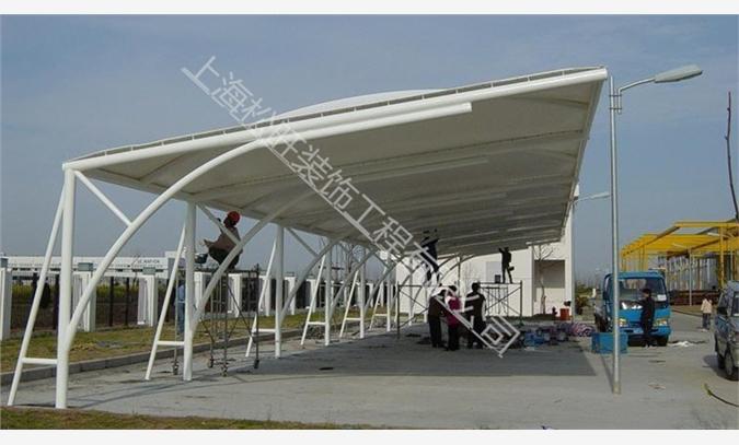 业务热线:*********** 膜结构建筑的特点及应用领域: 膜结构是一种全新的建筑结构形式,它集建筑学、结构力学、精细化工与材料科学、计算机技术等为一体,具有很高技术含量。其曲面可以随着建筑师的设计需要任意变化,结合整体环境,建造出标志性的形象工程。 大跨度:膜结构可以从根本克服传统结构在大跨度(无支撑)建筑上实现所遇到的困难,可创造巨大的无遮挡可视空间,有效增加空间使用面积。 膜结构的应用: 膜结构的结构自重轻,结构简单可靠,具有良好的造型和自洁 性,施工简单快捷,适合以下各种场合使用: 大型体育馆