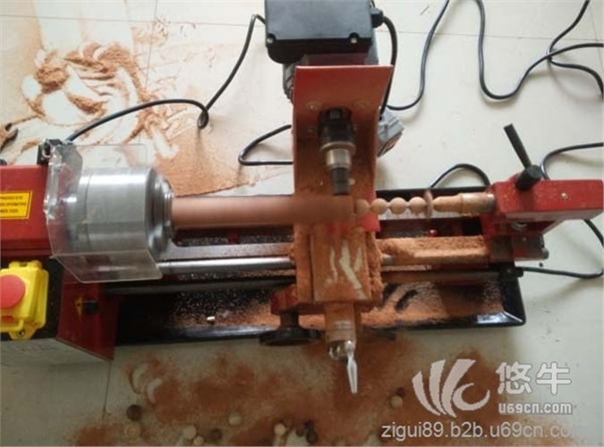 本机器为成型圆珠打孔一体化,可以加工所有木质产品,制作佛珠,手链,念珠,木珠等为首选机器!加工直径范围【4毫米~75毫米】! 注:本机器特征: 一、 无极变速 二、 过载保护系统(避免在使用加工异常操作时可以有效的保护线路板及电机,解决了使用过程中烧坏昂贵的电机,及线路板的烦恼,为您节省了一笔不小的维修费用) 三、 尾座快速紧锁功能,(方便打孔时尾座可快速移动某个位置上,大大提高了加工效率) 四、 有了它自己动手做木珠不在是梦想,有几种简单的工具就可以加工圆珠子 技术参数 加工珠子直径范围: (4-75毫