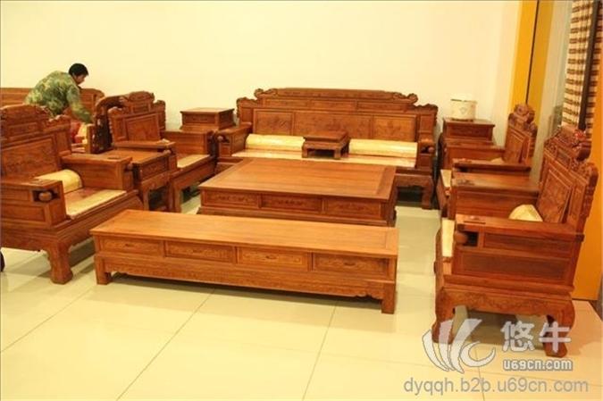 东阳俏俏红红木家具 俏俏红木本着品质第一,诚信经营的企业宗旨, 以高贵、典雅的造型、坚固耐用的工艺,赋予产品极高的实用和收藏价值。材真、艺精、价廉,是您理想的选择! 俏俏红红木坐落于中国木雕之乡的浙江东阳,是一家集设计、生产、研发为一体的专业红木家具生产企业。 公司结合了中国丰厚的人文底蕴和东阳精湛的木雕工艺以及现代化的管理制度,产品严格按照国家行业标准质量生产,精益求精,并郑重承诺公司产品木料全部采用东南亚进口的花梨木、酸枝木、紫檀木、黄花梨等中高档纯正红木。公司产品以优良的品质,新颖